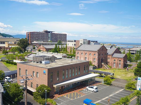 写真:青空と茶色の建物と道路