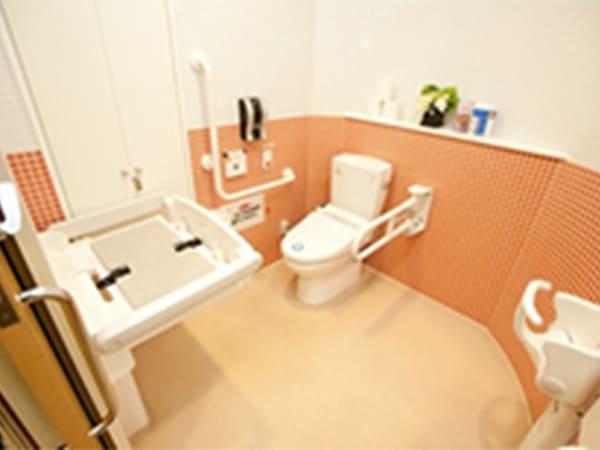 写真:ベビーベットとチャイルドシート付きのトイレ