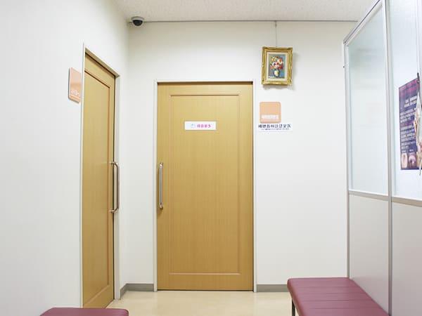 写真:補聴器専用の調整室入口