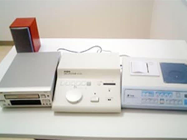 写真:横に並べられている補聴器