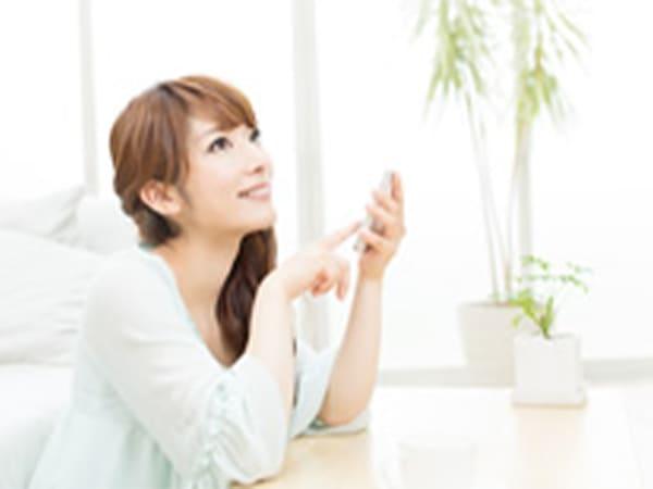 画像:スマホを触っている女性